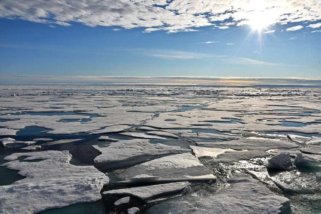 Weil es immer wärmer wird, schmilzt an...n wie hier am  Nordpol immer mehr Eis.  | Foto: dpa