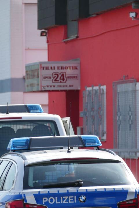 Ein Einsatzwagen der Bundespolizei vor...ei einer Razzia gegen Menschenhändler.  | Foto: Helmut Seller