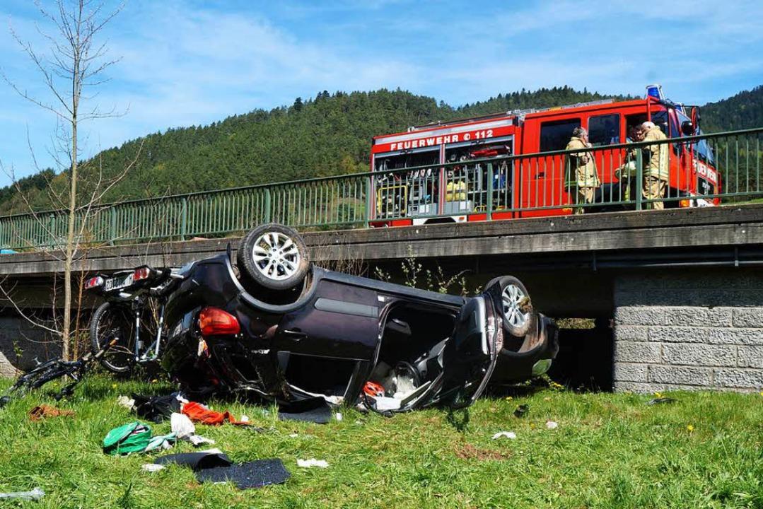 Das Auto krachte auf ein Brückengeländer und  stürzte eine Böschung hinab.  | Foto: Kamera24.tv