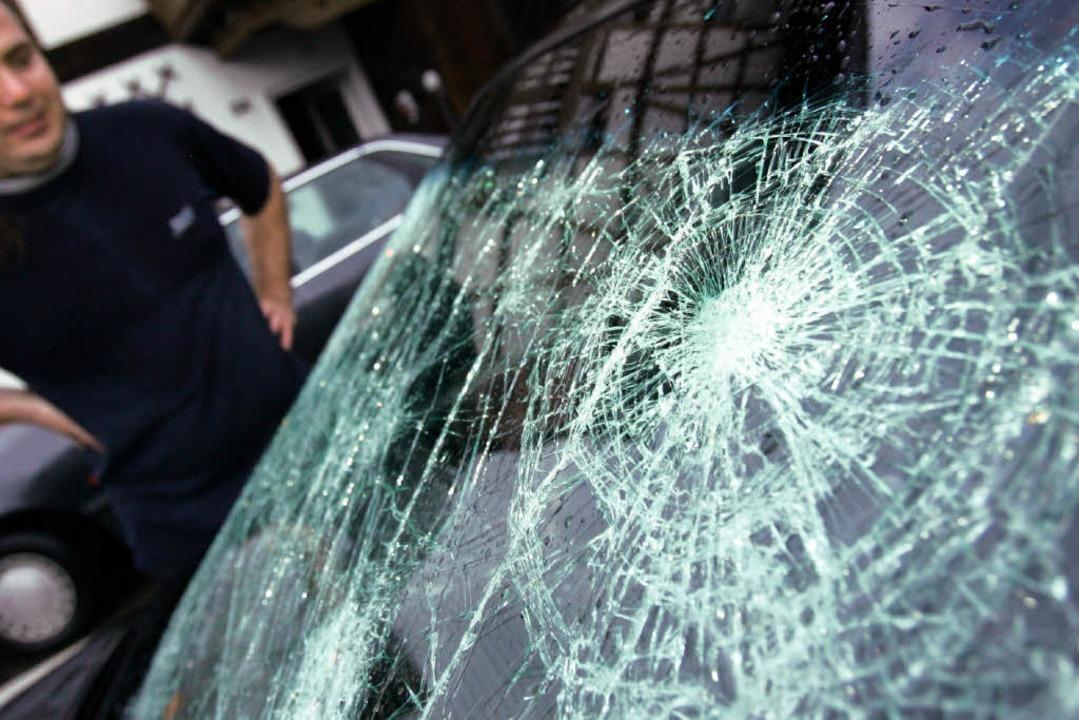 Der Autoaufbrecher warf jeweils mit einem Stein eine Autoscheibe ein.  | Foto: dpa
