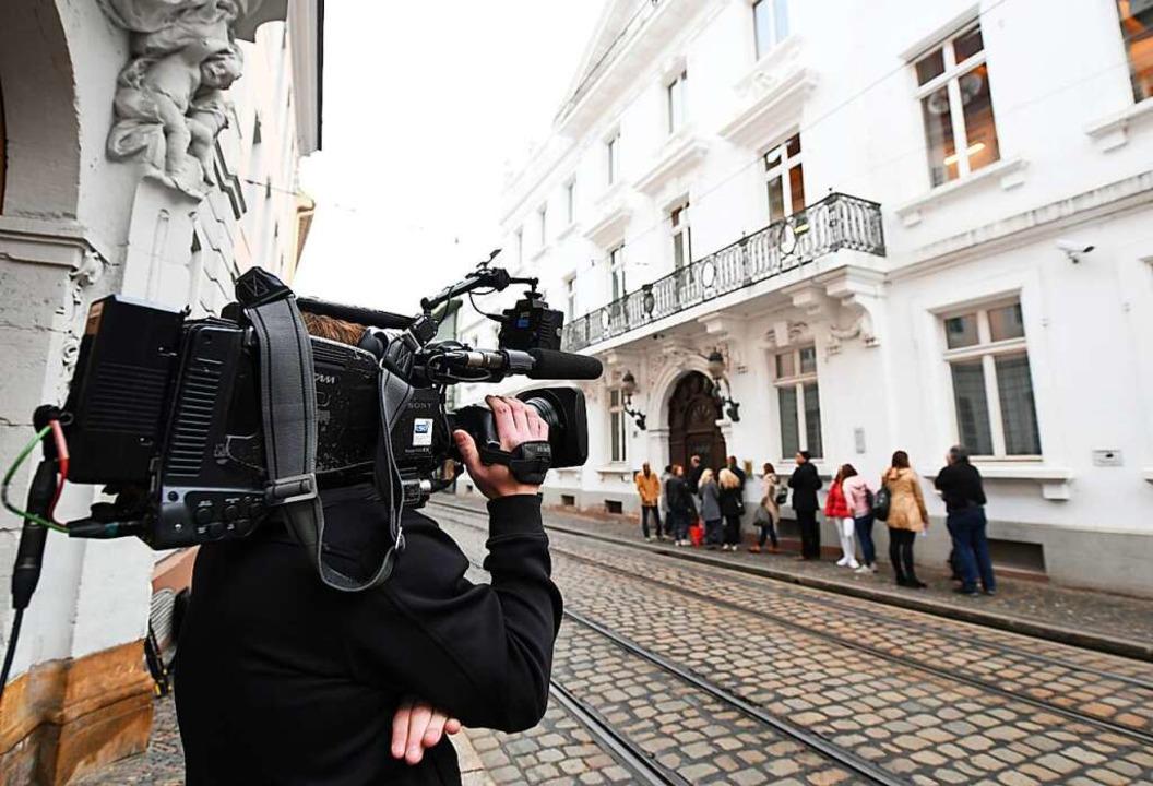 Am ersten Prozesstag in der vergangenen Woche war das Medieninteresse groß.  | Foto: dpa
