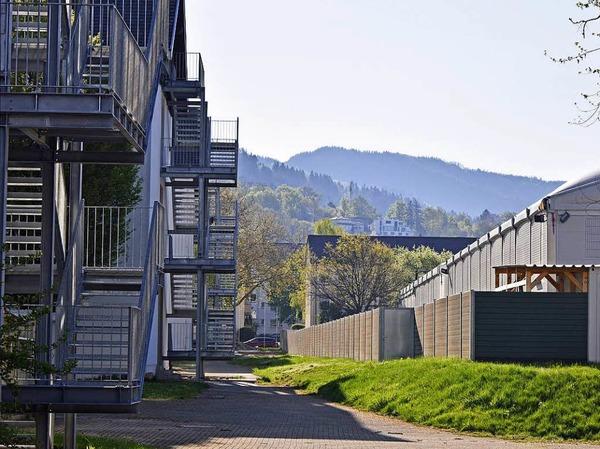 Direkt nebenan: Die Leichtbauhallen werden nach zweieinhalb Jahren Ende Mai abgebaut.