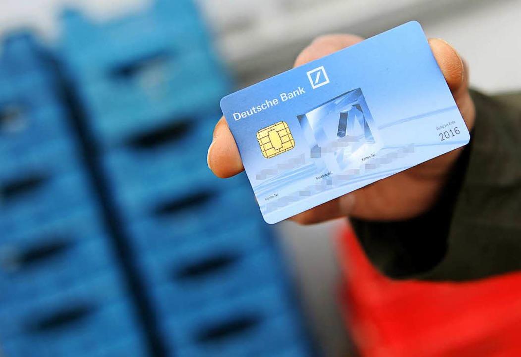 In Maulburg hat ein als Bankmitarbeite...Dame die EC-Karte samt Pin abgeluchst.  | Foto: dpa