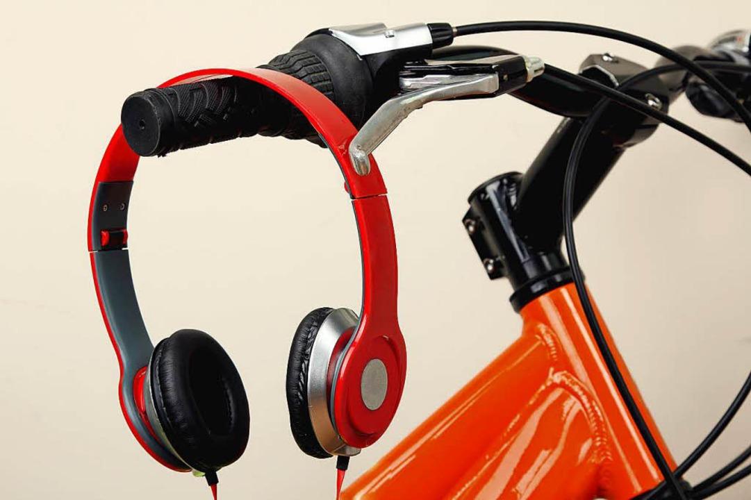 Mit Kopfhörer und Smartphone war ein R... in der Oberau unterwegs (Symbolbild).  | Foto: Studio KIVI