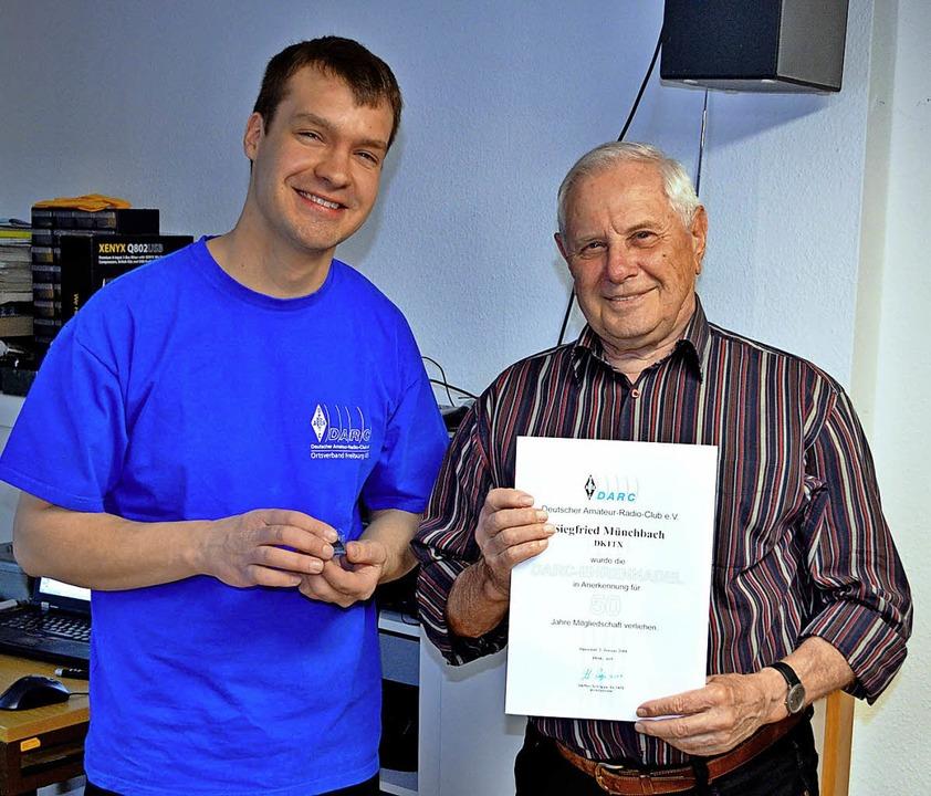 Für 50 Jahre Mitgliedschaft ehrte der ...llschlag (links) Siegfried Münchbach.   | Foto: privat