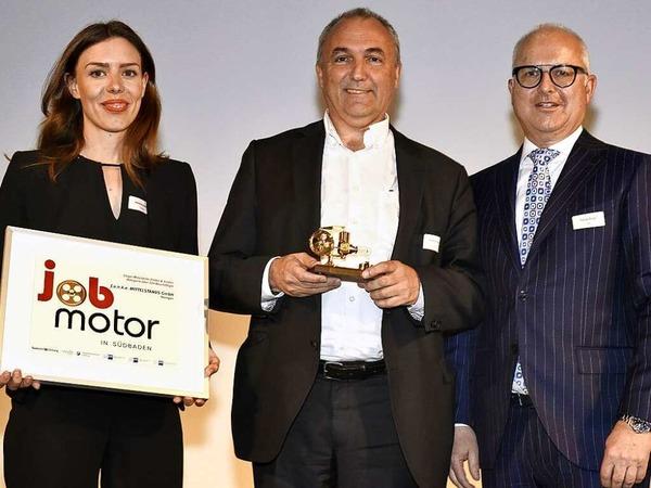 Preisverleihung Jobmotor 2017:  Marlene Maurer (l.) und Manfred Kennel (M.) von der Teninger Firma Funke mit Laudator Thomas Burger, Präsident des Verbandes  WVIB Schwarzwald AG