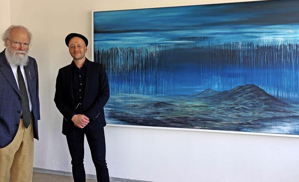 """Der Maler David Stegmann (rechts) mit ...Serie """"Schwarzwaldstille""""     Foto: Roswitha Frey"""
