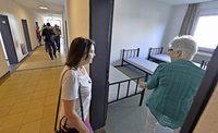 Anwohner besichtigen die neue Landeserstaufnahmestelle