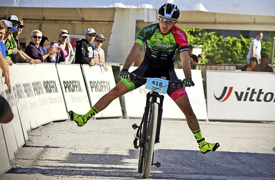 Breitbeinig Richtung Podest: Der Breit...in einem Amateurrennen auf Rang drei.   | Foto: gutmann