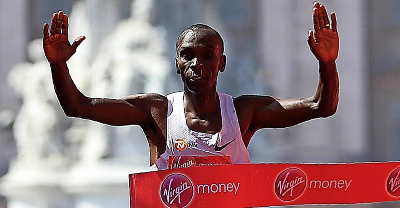 Der Kenianer Eliud Kipchoge gewinnt den Marathon in London.   | Foto: AFP