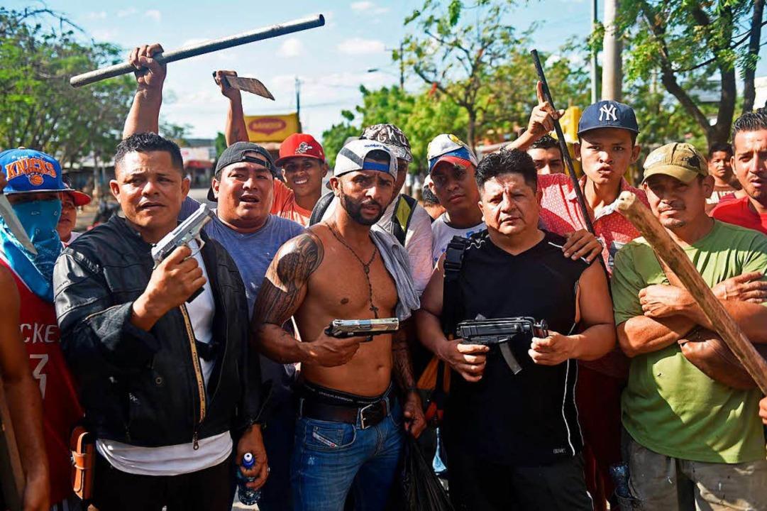 Ladenbesitzer versuchen, sich selbst vor Plünderern zu schützen.  | Foto: AFP