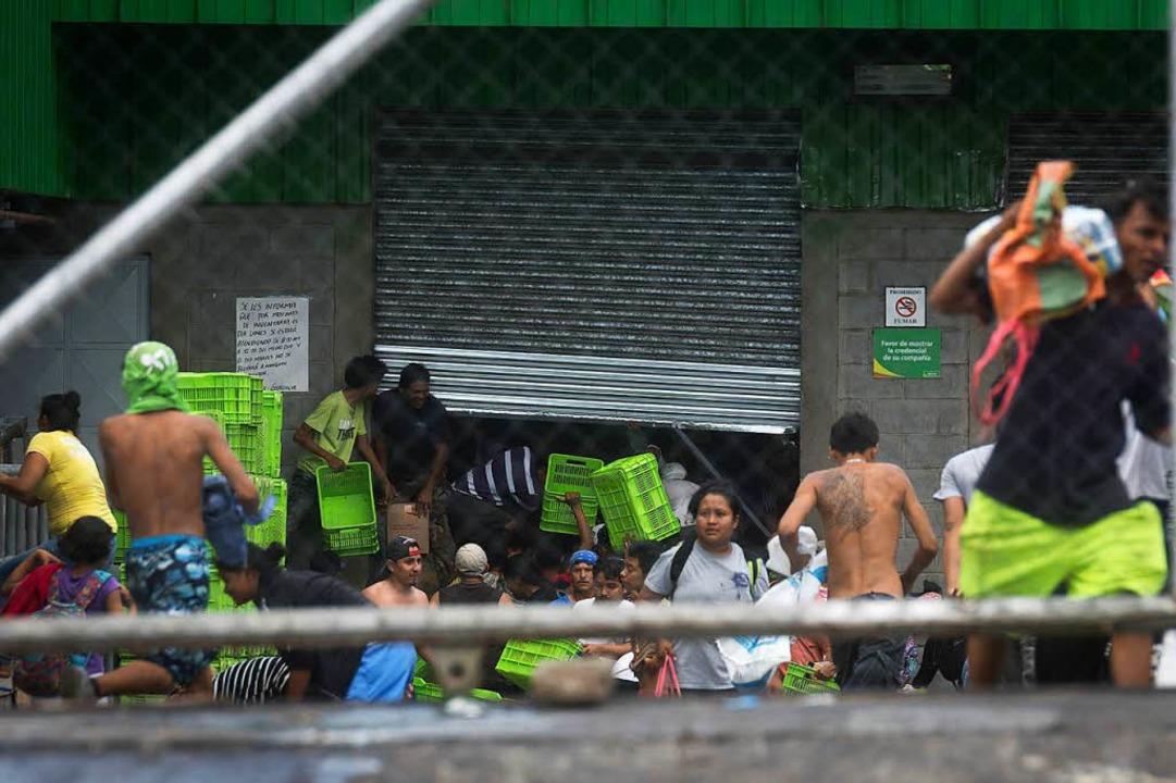 Bei den Protesten kam es auch zu Plünderungen.  | Foto: dpa