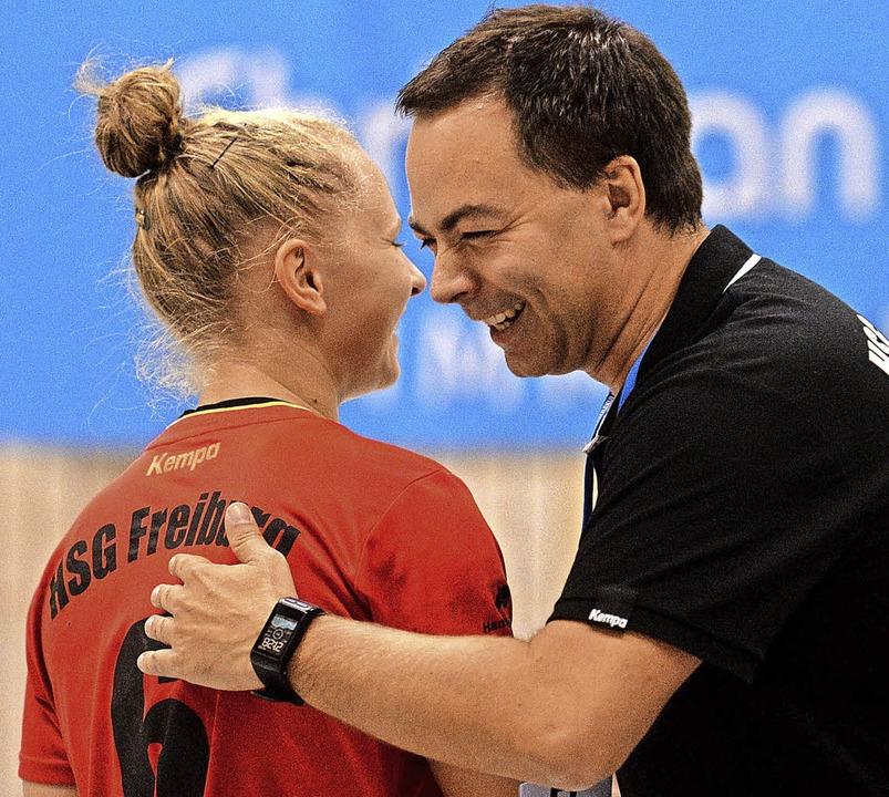 Überwiegend heiter war die Stimmung in...Majcen und Trainer Ralf Wiggenhauser.   | Foto: Patrick Seeger