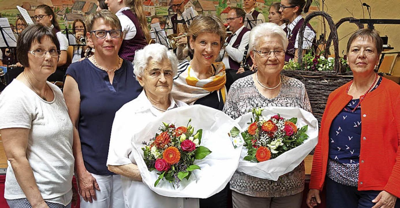 Geehrt für langjährige Mitgliedschaft ... Jahre) und Linda Lais (Vorsitzende).   | Foto: Gudrun Gehr