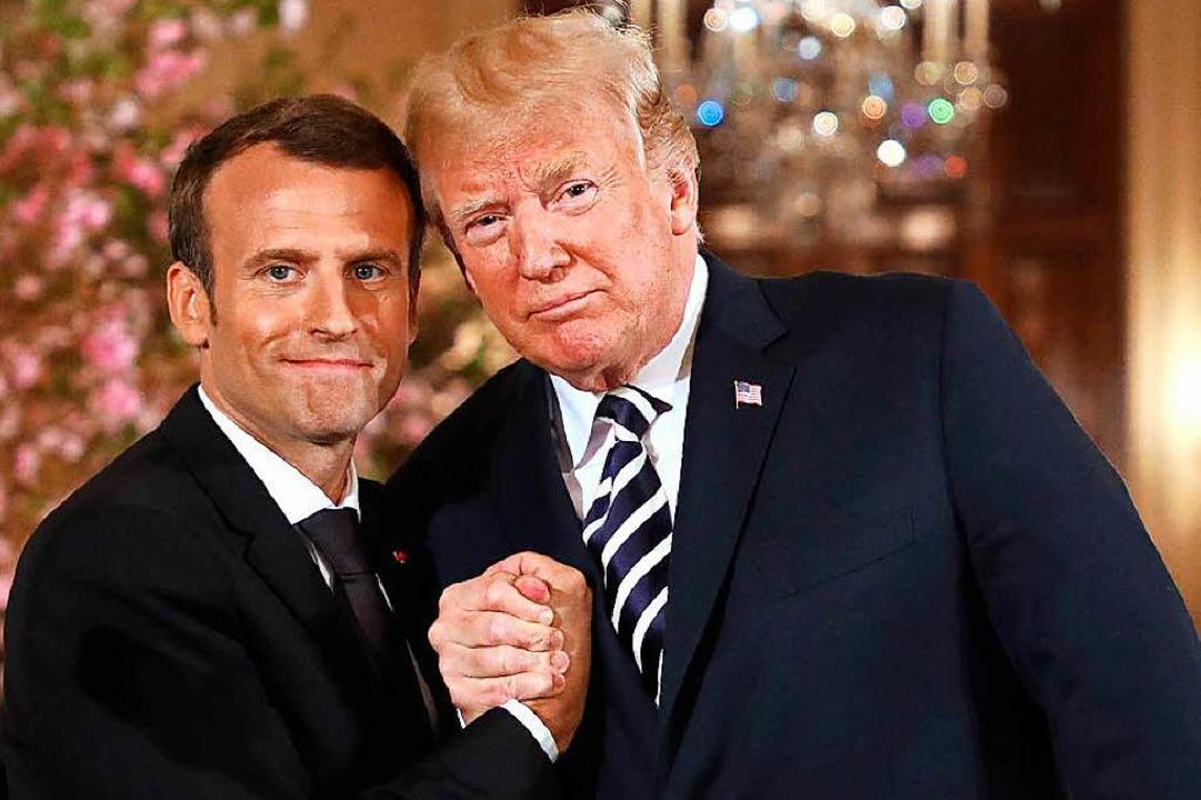 So präsentierten sich Macron und Trump: Hand in Hand  | Foto: AFP