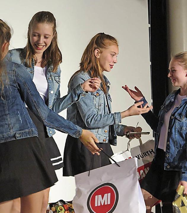 Shoppen statt sich über den Weltunterg... so die Devise dieser jungen Damen.     | Foto: hrl