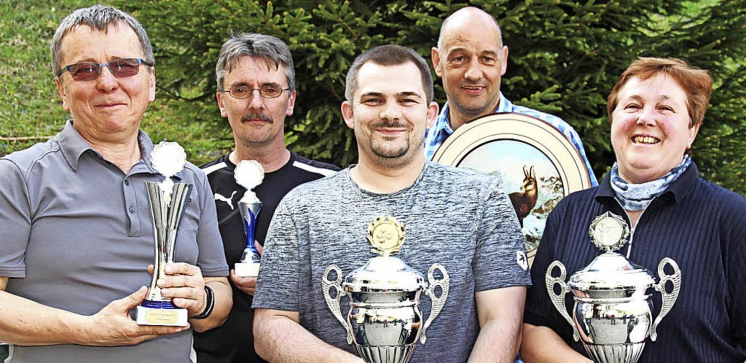 Die besten Schüzten wurden beim Verein...olz, Helmut Riegger und Monika Hauser.  | Foto: Eva Korinth
