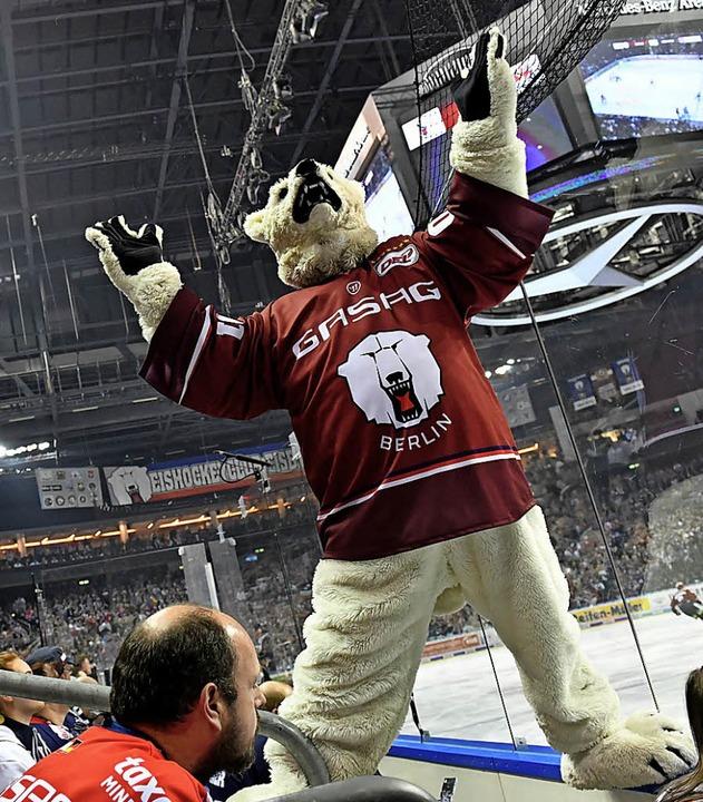 Da steppt der Eisbär: Das Berliner Maskottchen feiert seine Mannschaft.  | Foto: dpa