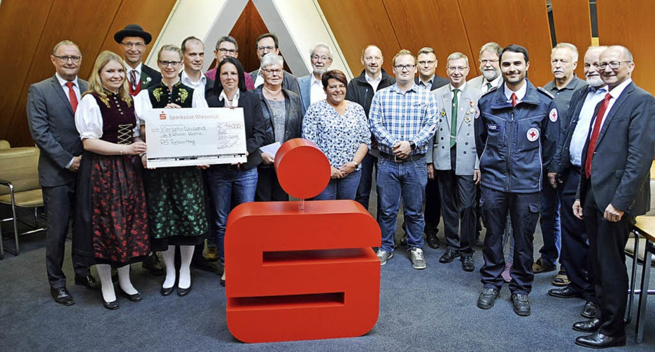 Die Vorstände Lothar Müller (links) un... Spendenübergabe an die acht Vereine.   | Foto: Edgar Steinfelder