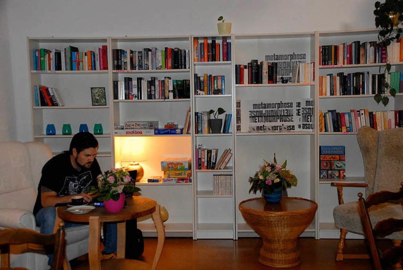 Die Gäste können alles in diesem Café ...t (Spiele und Bücher) immer im Wandel.  | Foto: Leony Stabla