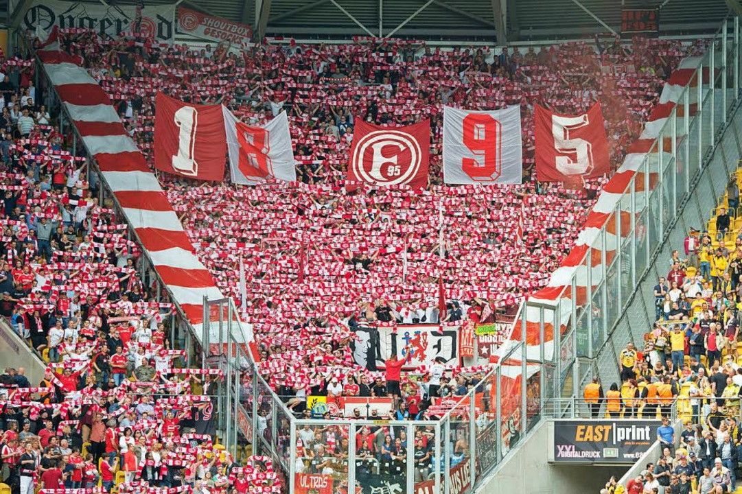 Die Fans von Fortuna Düsseldorf zeigen...em Spiel in Dresden eine Choreografie.  | Foto: dpa