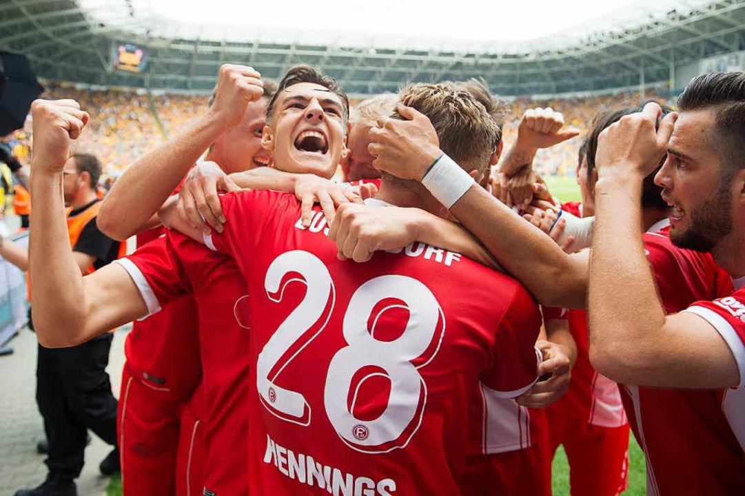 Die Spieler von Fortuna Düsseldorf jubeln nach dem späten Siegtor.  | Foto: dpa
