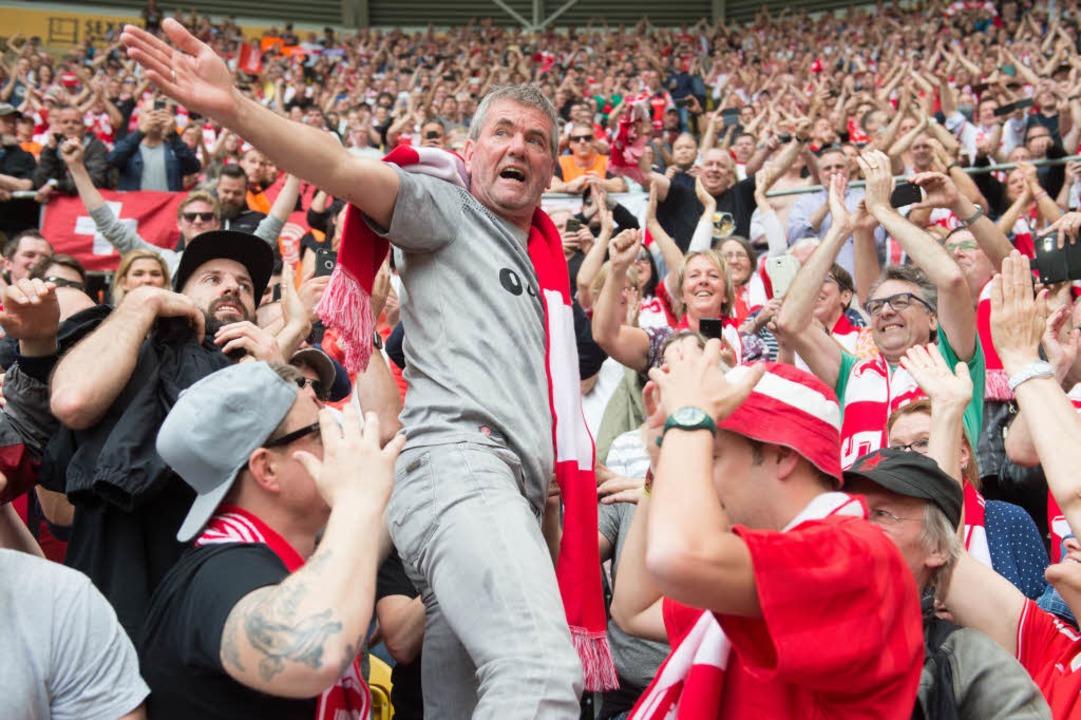 Die Düsseldorfer Fans feiern Friedhel Funkel.  | Foto: dpa