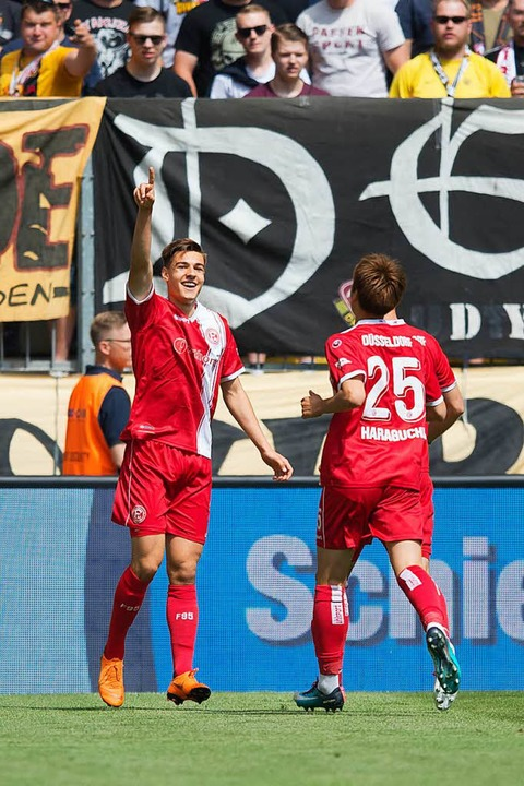 Florian Neuhaus (l) jubelt nach seinem Tor zum 0:1.  | Foto: dpa