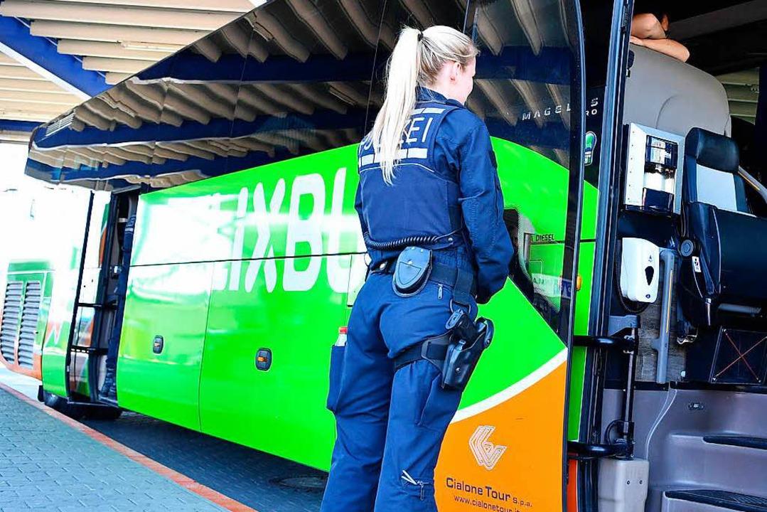 Eine Polizistin steht im Busbahnhof an...unden-Delikte und falsche Identitäten.  | Foto: dpa