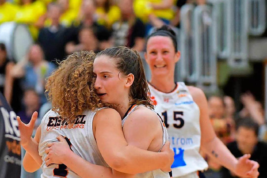 Befreiter Jubel nach dem Schlusspfiff ...feld, Kelly Hughes und Mirna Paunovic.  | Foto: Achim Keller
