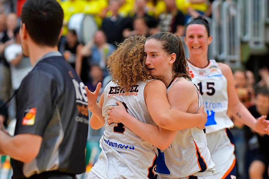 Die USC-Basketballerinnen (weiße Trikots) gewinnen das zweite Playoff-Finale gegen Jahn München 64:59. (Foto: Achim Keller)