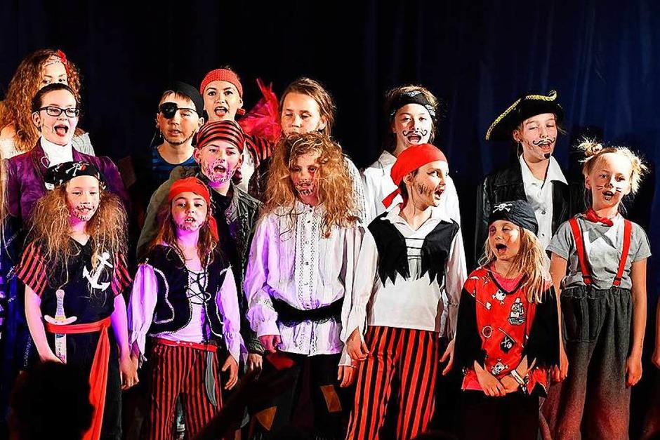 """Leben herrscht auf dem Piratenschiff """"Esmeralda"""" beim Kindermusical """"Das geheime Leben der Piraten"""" im Paulinerheim in Bonndorf. (Foto: Wolfgang Scheu)"""