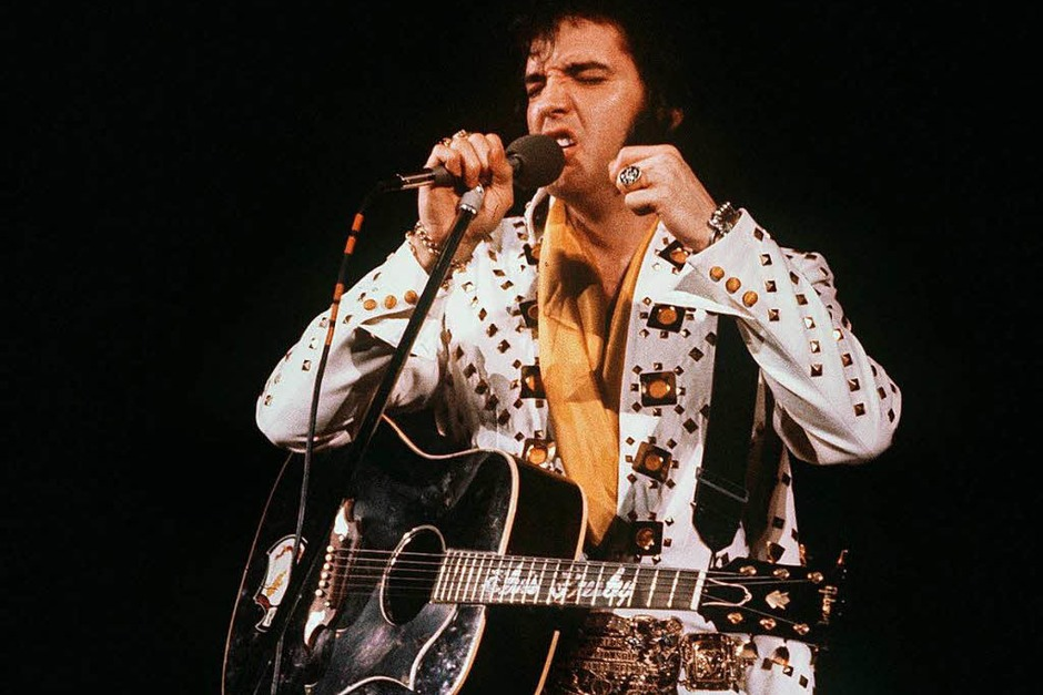 Elvis Presley, hier bei einem Auftritt in Las Vegas, spielte verschiedene Gibson-Modelle. (Foto: dpa)