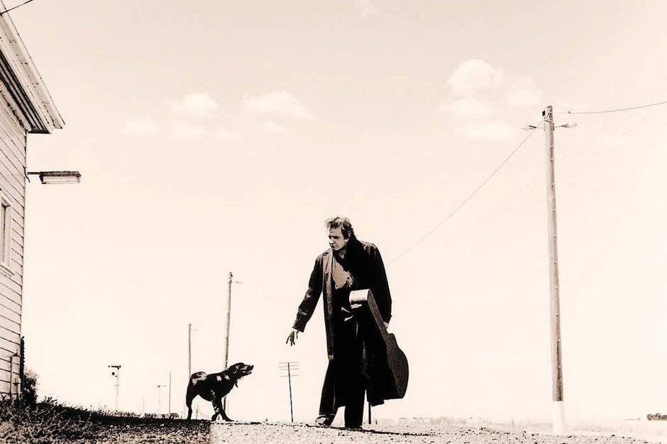 Auch Johnny Cash – hier ein Bild aus dem Fotoband von Andy Earl, erschienen im Schwarzkopf & Schwarzkopf Verlag, gilt als Gibson-Fan. (Foto: Andy Earl)
