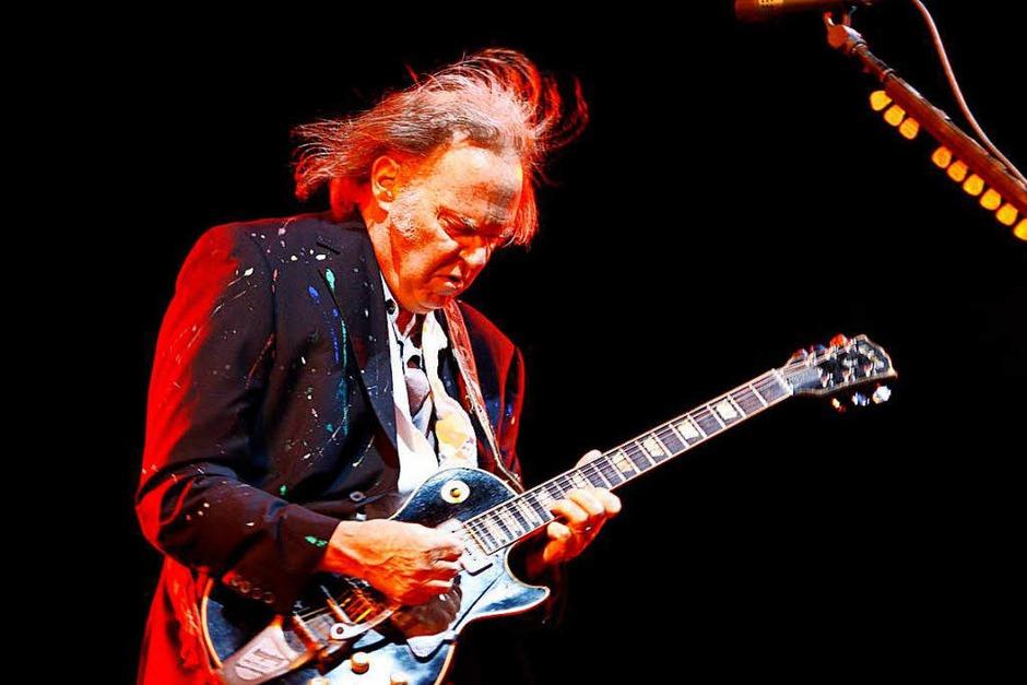 """Neil Young's Gitarre """"Old Black"""" ist eine Spezialanfertigung einer  Gibson Les Paul Goldtop mit schwarzen Anstrich. Mit ihr nimmt er die meisten seiner Songs auf. (Foto: dpa)"""