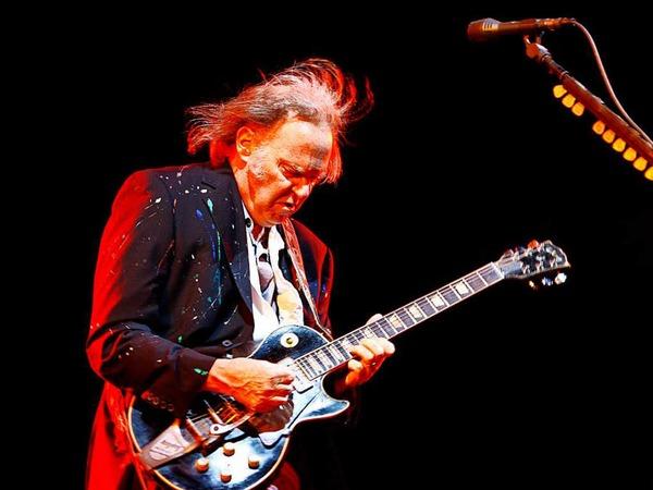 """Neil Young's Gitarre """"Old Black"""" ist eine Spezialanfertigung einer  Gibson Les Paul Goldtop mit schwarzen Anstrich. Mit ihr nimmt er die meisten seiner Songs auf."""