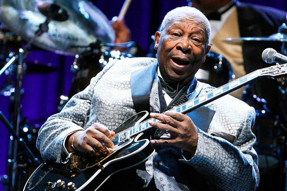 """Auch der 2015 verstorbene  B.B. King, einer der einflussreichsten Blues-Musiker, spielte ein Gibson-Modell mit dem Namen """"Lucille"""". (Foto: dpa)"""