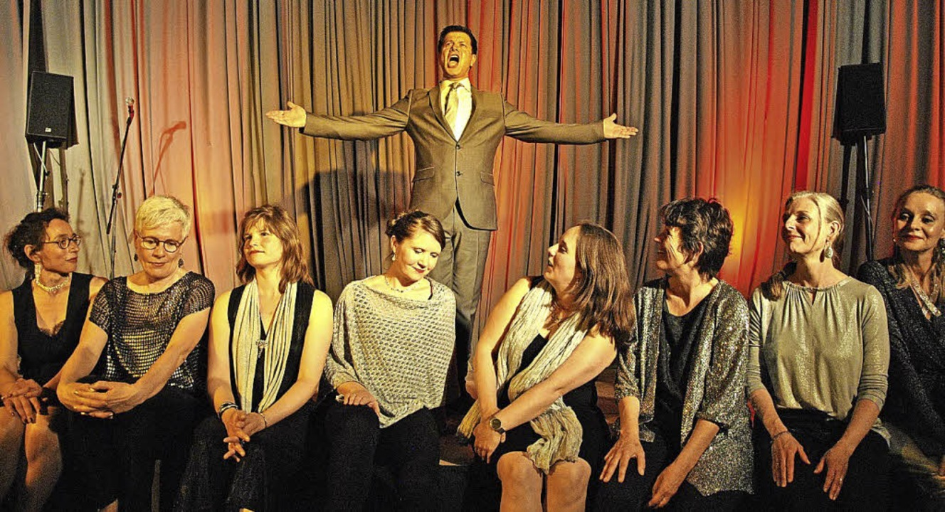 Wolfram B. Meyer bereicherte das Jubiläumskonzert der  Sonidos-Sängerinnen.     Foto: Ralph Fautz