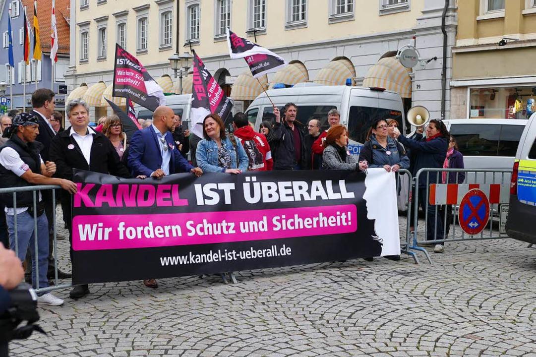 """Demo des Vereins  """"Kandel ist überall"""" vor dem Offenburger Rathaus    Foto: Ralf burgmaier"""