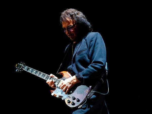 Toni Iommi von Black Sabbath mit der für ihn typischen SG