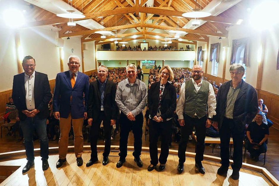 Bei der Podiumsdiskussion der Badischen Zeitung zur Bürgermeisterwahl in Lenzkirch war der Zuspruch groß, die Halle war mit 450 Menschen gut gefüllt. (Foto: Susanne Gilg)