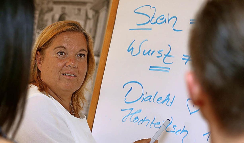 Logopädin Ariane Willikonsky bringt in...le  Dialektsprechern Hochdeutsch bei.   | Foto: dpa