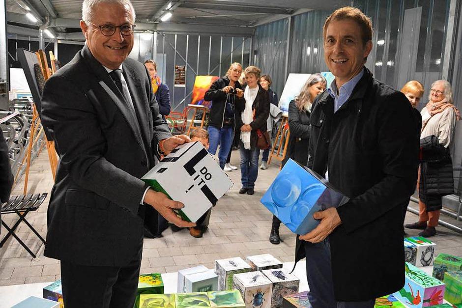 Die Oberbürgermeister Wolfgang Dietz und Jörg Lutz mit mobiler Kunst in der Velöhalle Lörrach (Foto: Barbara Ruda)