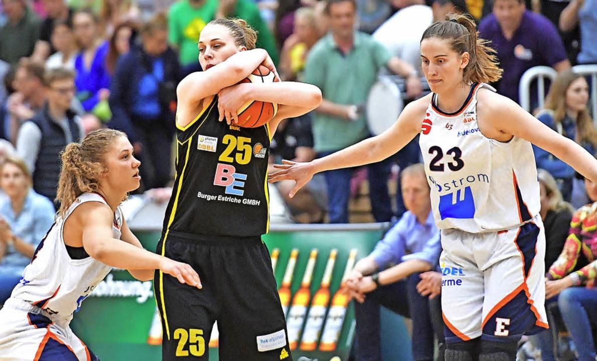 Haben Luana Rodefeld (links) und Kelly...er Jahn München mit Mirela Damaschek?   | Foto:  Achim Keller