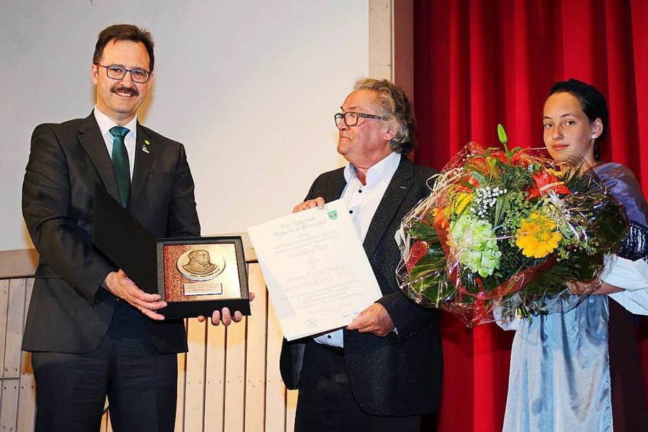 Verleihung der Hebelgedenkplakette an Hansjörg Noe (Mitte) durch Hausens Bürgermeister Martin Bühler, rechts Kim Boos (Foto: Anja Bertsch)