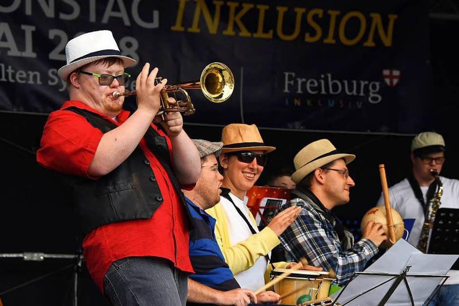 Die Band Siebeneinhalb machte Stimmung auf dem Platz (Foto: Rita Eggstein)