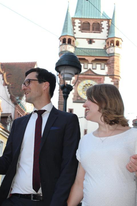 Martin Horn und seine Frau Irina auf dem Weg zum Freiburger Rathausplatz.  | Foto: Joshua Kocher