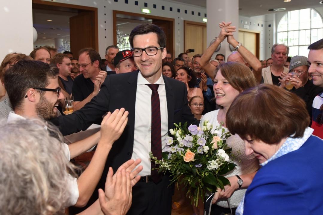 Jubelnd empfangen Martin Horns Anhänge...Freiburgs künftigen Oberbürgermeister.  | Foto: Rita Eggstein