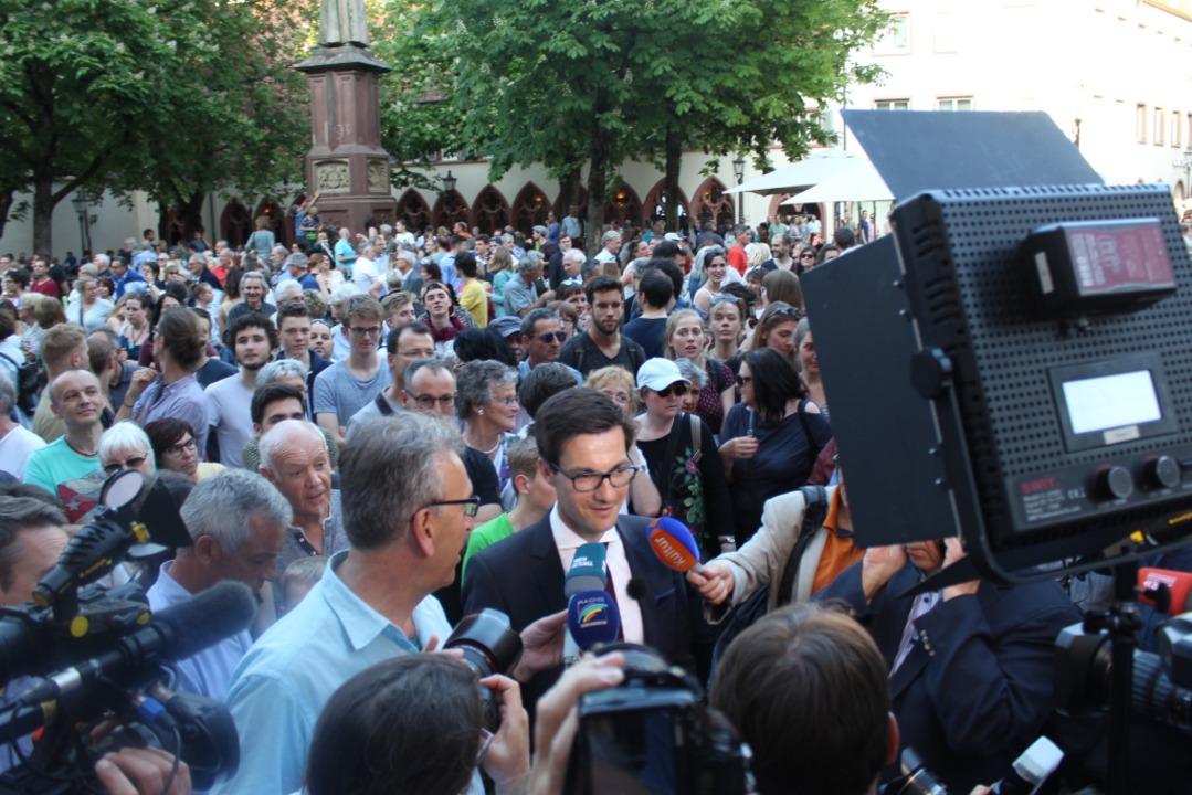 Viele Bürgerinnen und Bürger warteten ...11; auch der mediale Andrang war groß.  | Foto: Joshua Kocher