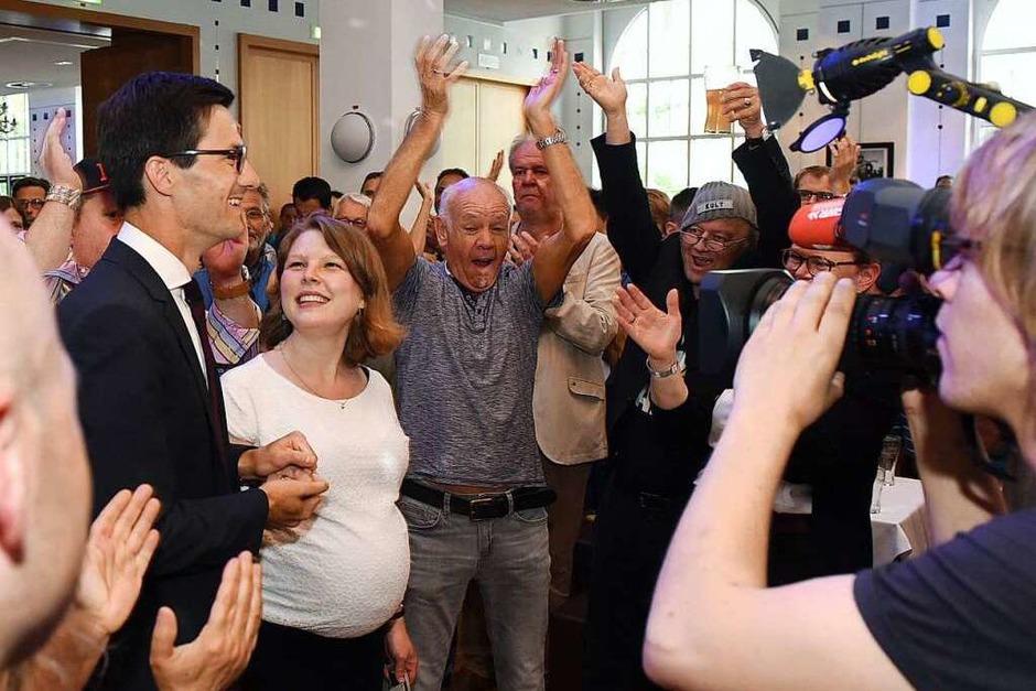 Als es so gut wie sicher war, dass Martin Horn den zweiten Wahlgang gewinnen wird, tauchte der Sieger auf seiner Wahlparty im Friedrichsbau auf. (Foto: Rita Eggstein)